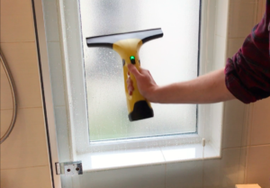 Karcher WV2 Plus_Shower screen cleaning